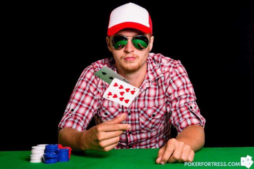 pemain poker menunjukkan kartu saat melipat